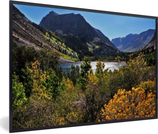 Foto in lijst - Meertje in het berglandschap van het Nationaal park Sierra Nevada in de VS fotolijst zwart 60x40 cm - Poster in lijst (Wanddecoratie woonkamer / slaapkamer)
