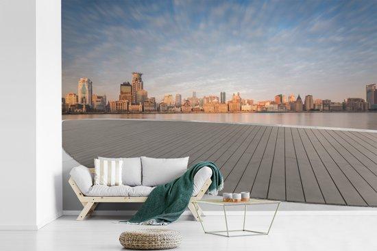 Fotobehang vinyl - De oeverpromenade van Shanghai in China bij zonsopgang breedte 360 cm x hoogte 240 cm - Foto print op behang (in 7 formaten beschikbaar)