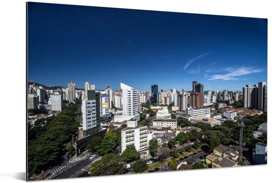 Heldere lucht boven de stad Belo Horizonte in Zuid-Amerika Aluminium 180x120 cm - Foto print op Aluminium (metaal wanddecoratie) XXL / Groot formaat!