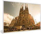 Foto in lijst - Zonnestralen schijnen op de Sagrada Familia in Spanje fotolijst wit 60x40 cm - Poster in lijst (Wanddecoratie woonkamer / slaapkamer)