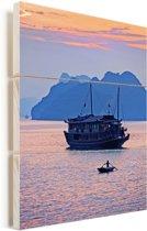 Unieke lucht en boot in de Ha Longbaai in Vietnam Vurenhout met planken 60x90 cm - Foto print op Hout (Wanddecoratie)