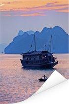 Unieke lucht en boot in de Ha Longbaai in Vietnam Poster 80x120 cm - Foto print op Poster (wanddecoratie woonkamer / slaapkamer)