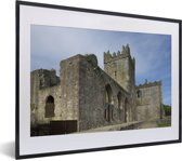 Foto in lijst - Tintern Abbey ruïnes in Wales fotolijst zwart met witte passe-partout klein 40x30 cm - Poster in lijst (Wanddecoratie woonkamer / slaapkamer)