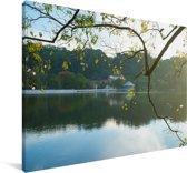 Tempel van de Tand in de ochtend met uitzicht op het meer in Sri Lanka Canvas 60x40 cm - Foto print op Canvas schilderij (Wanddecoratie woonkamer / slaapkamer)
