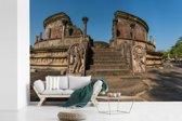 Fotobehang vinyl - Vervallen stenen beelden voor vatadage Polonnaruwa in Sri Lanka breedte 450 cm x hoogte 300 cm - Foto print op behang (in 7 formaten beschikbaar)