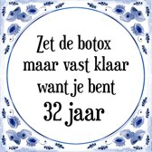 Verjaardag Tegeltje met Spreuk (32 jaar: Zet de botox maar vast klaar, want je bent 32 jaar + cadeau verpakking & plakhanger
