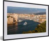 Foto in lijst - Schepen varen de haven van de Franse stad Marseille in fotolijst zwart met witte passe-partout 60x40 cm - Poster in lijst (Wanddecoratie woonkamer / slaapkamer)