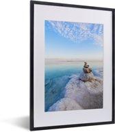 Foto in lijst - Zoutkristallisatie op de rosten bij de Dode Zee bij Israël in Azië fotolijst zwart met witte passe-partout klein 30x40 cm - Poster in lijst (Wanddecoratie woonkamer / slaapkamer)