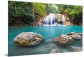 Met mos bedekte rotsen voor de waterval in nationaal park Erawan Aluminium 180x120 cm - Foto print op Aluminium (metaal wanddecoratie) XXL / Groot formaat!