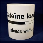 Witte koffiemok met tekst Caffeine loading please wait