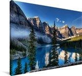 Mistige ochtend boven Noord-Amerikaanse Moraine Lake in Canada Canvas 60x40 cm - Foto print op Canvas schilderij (Wanddecoratie woonkamer / slaapkamer)