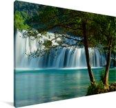 Twee bomen voor het landschap van het Nationaal park Krka in Kroatië Canvas 180x120 cm - Foto print op Canvas schilderij (Wanddecoratie woonkamer / slaapkamer) XXL / Groot formaat!
