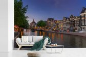 Fotobehang vinyl - De Prinsengracht op een zomeravond breedte 450 cm x hoogte 300 cm - Foto print op behang (in 7 formaten beschikbaar)