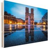 Voorkant van de Notre-Dame in Parijs met verlichting Vurenhout met planken 90x60 cm - Foto print op Hout (Wanddecoratie)