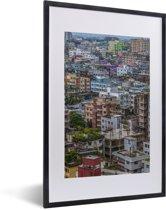 Foto in lijst - Kleurrijke huizen in Dhaka fotolijst zwart met witte passe-partout 40x60 cm - Poster in lijst (Wanddecoratie woonkamer / slaapkamer)