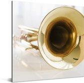 Een close up van een gouden trompet Aluminium 50x50 cm - Foto print op Aluminium (metaal wanddecoratie)