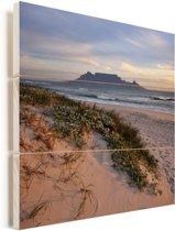 Strand en de zee met op de achtergrond de Tafelberg Vurenhout met planken 80x80 cm - Foto print op Hout (Wanddecoratie)