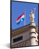 Foto in lijst - De vlag van Luxemburg op een gebouw fotolijst zwart 40x60 cm - Poster in lijst (Wanddecoratie woonkamer / slaapkamer)