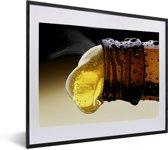 Foto in lijst - Bier uit een bierflesje gieten fotolijst zwart met witte passe-partout 50x40 cm - Poster in lijst (Wanddecoratie woonkamer / slaapkamer)