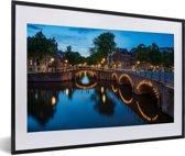 Foto in lijst - Verlichte Prinsengracht in de avond fotolijst zwart met witte passe-partout 60x40 cm - Poster in lijst (Wanddecoratie woonkamer / slaapkamer)