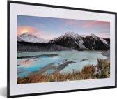 Foto in lijst - Zonsondergang in het Nationaal park Aoraki/Mount Cook in Oceanië fotolijst zwart met witte passe-partout 60x40 cm - Poster in lijst (Wanddecoratie woonkamer / slaapkamer)