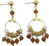 Goud metalen steek oorbellen met een ring eraan waar bruine kraaltjes aan zitten.