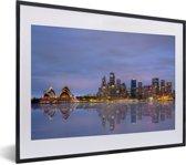 Foto in lijst - Weerspiegeling van Sydney in het water in Australië fotolijst zwart met witte passe-partout klein 40x30 cm - Poster in lijst (Wanddecoratie woonkamer / slaapkamer)