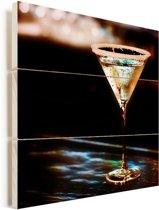 Martini glas met martini op een zwarte bar Vurenhout met planken 80x80 cm - Foto print op Hout (Wanddecoratie)