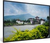 Foto in lijst - Het Punakha Dzong klooster en de Mo Chhu rivier in Bhutan fotolijst zwart 60x40 cm - Poster in lijst (Wanddecoratie woonkamer / slaapkamer)