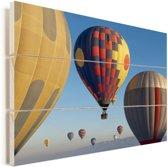 Hete luchtballonnen in een blauwe hemel Vurenhout met planken 30x20 cm - klein - Foto print op Hout (Wanddecoratie)