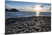 De Giant's Causeway bij de Noord-Ierse kust tijdens zonsondergang Aluminium 90x60 cm - Foto print op Aluminium (metaal wanddecoratie)