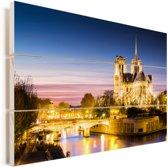 Nachtfoto van de Notre-Dame die is verlicht in Parijs Vurenhout met planken 90x60 cm - Foto print op Hout (Wanddecoratie)