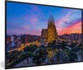 Foto in lijst - Zonsondergang achter de Sagrada Familia in Spanje fotolijst zwart 60x40 cm - Poster in lijst (Wanddecoratie woonkamer / slaapkamer)