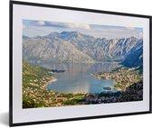 Foto in lijst - De Baai van Kotor met eb in het dal bij de stad Kotor fotolijst zwart met witte passe-partout 60x40 cm - Poster in lijst (Wanddecoratie woonkamer / slaapkamer)