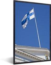 Foto in lijst - De vlag van Finland op een gebouw fotolijst zwart 40x60 cm - Poster in lijst (Wanddecoratie woonkamer / slaapkamer)