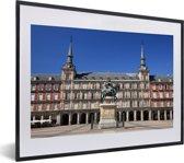 Foto in lijst - Het centrale plein Plaza Mayor in het Europese Madrid met blauwe lucht fotolijst zwart met witte passe-partout klein 40x30 cm - Poster in lijst (Wanddecoratie woonkamer / slaapkamer)