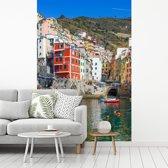 Fotobehang vinyl - Gekleurde boten in het water bij Cinque Terre breedte 270 cm x hoogte 400 cm - Foto print op behang (in 7 formaten beschikbaar)