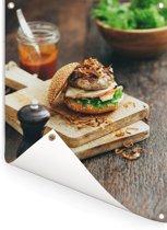 Hamburger op een snijplank Tuinposter 30x40 cm - klein - Tuindoek / Buitencanvas / Schilderijen voor buiten (tuin decoratie)