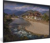 Foto in lijst - Het Punakha Dzong klooster in Bhutan met de rivier op de voorgrond fotolijst zwart 60x40 cm - Poster in lijst (Wanddecoratie woonkamer / slaapkamer)