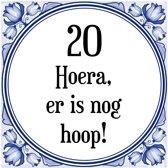 Verjaardag Tegeltje met Spreuk (20 jaar: Hoera! Er is nog hoop! 20! + cadeau verpakking & plakhanger