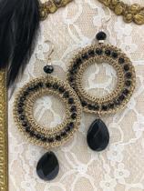 goudkleurige oorhangers met zwarte facet geslepen glaskralen en hanger