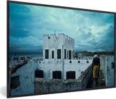 Foto in lijst - Een prachtige lucht boven Ghana's slavenforten fotolijst zwart 60x40 cm - Poster in lijst (Wanddecoratie woonkamer / slaapkamer)