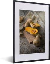 Foto in lijst - Muskaatpompoen op houten snijplank fotolijst zwart met witte passe-partout 40x60 cm - Poster in lijst (Wanddecoratie woonkamer / slaapkamer)