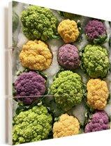 Broccoli in verschillende kleuren op een markt Vurenhout met planken 20x20 cm - klein - Foto print op Hout (Wanddecoratie)