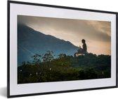 Foto in lijst - Zijaanzicht van de Tian Tan Boeddha tijdens zonsondergang fotolijst zwart met witte passe-partout 60x40 cm - Poster in lijst (Wanddecoratie woonkamer / slaapkamer)
