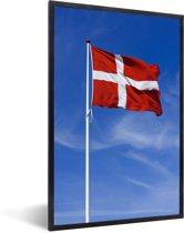 Foto in lijst - De vlag van Denemarken wappert in de lucht fotolijst zwart 40x60 cm - Poster in lijst (Wanddecoratie woonkamer / slaapkamer)