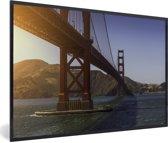 Foto in lijst - De Golden Gate Bridge en de heldere blauwe rivier fotolijst zwart 60x40 cm - Poster in lijst (Wanddecoratie woonkamer / slaapkamer)