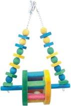 Hang speeltje met een houten rad in het midden