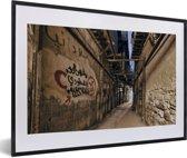 Foto in lijst - Beklad straatbeeld van Damascus in Syrië fotolijst zwart met witte passe-partout 60x40 cm - Poster in lijst (Wanddecoratie woonkamer / slaapkamer)