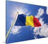 De vlag van Roemenië wappert in de lucht Canvas 180x120 cm - Foto print op Canvas schilderij (Wanddecoratie woonkamer / slaapkamer) XXL / Groot formaat!